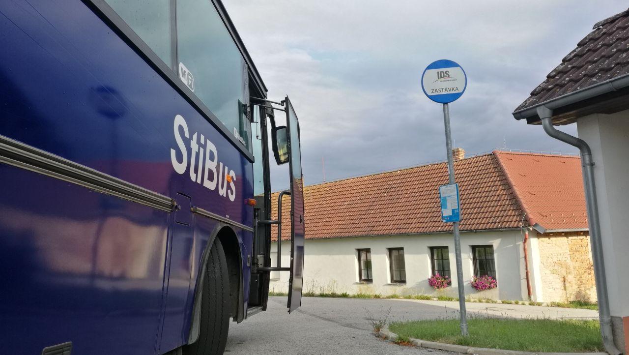 Autobus firmy StiBus na zastávce. Pramen: StiBus