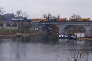 Pracovní vlak na Negrelliho viaduktu v posledním listopadovém týdnu 2019. Foto: Oldřich Sládek