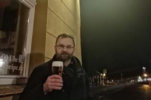 ilvestrovské stralsundské pivo před tamní Hafenkneipe, kam jsme rádi chodili po dojezdu, popisuje Pavel Peterka tuto fotografii