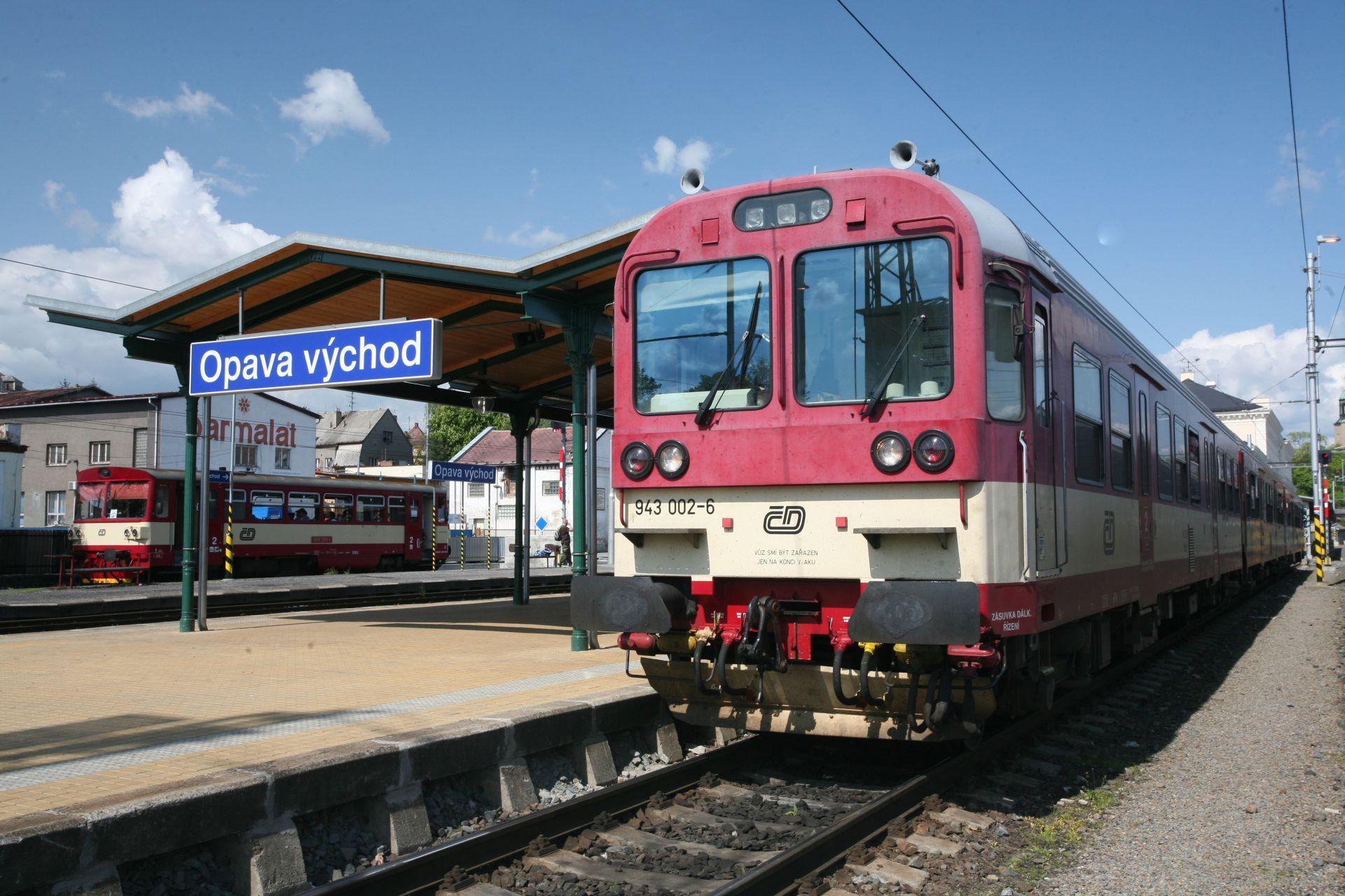 Řídící vůz 943 na rychlíku R27 v Opavě. Foto: České dráhy