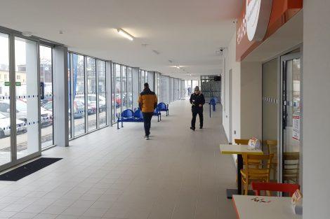 Spojovací chodba k autobusovém nádraží v Břeclavi. Foto: Jan Sůra