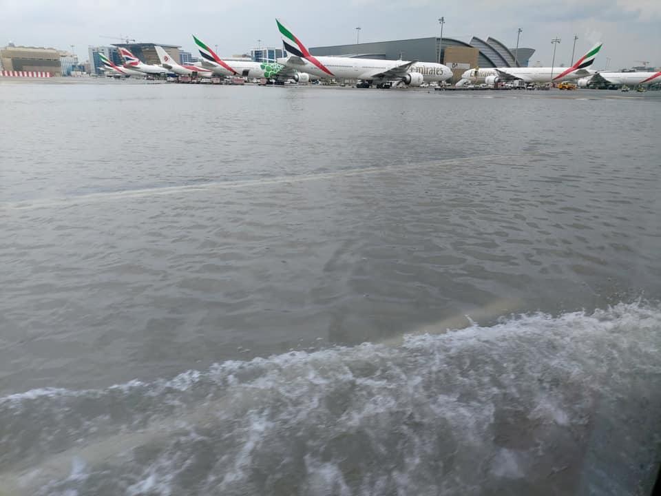 Povodně na dubajském letišti. Foto: Twitter/ Old Monk