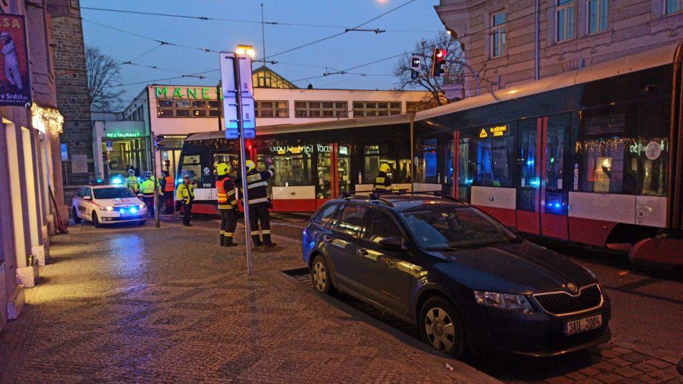 Vykolejení tramvaje 15T v Myslíkově ulici. Foto: Policie ČR