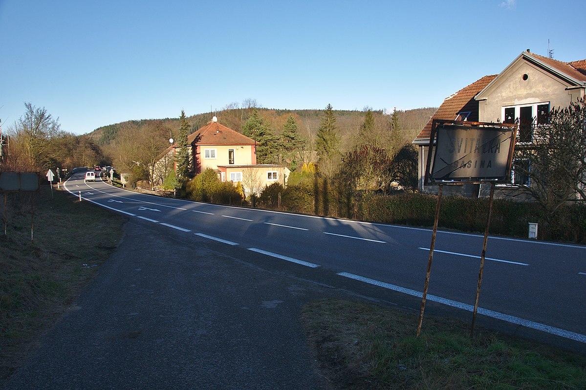 Silnice I/43 ve vesnici Sasina na Blanensku, ilustrační foto. Autor: Jiří Komárek – Vlastní dílo, CC BY-SA 4.0, https://commons.wikimedia.org/w/index.php?curid=63316435