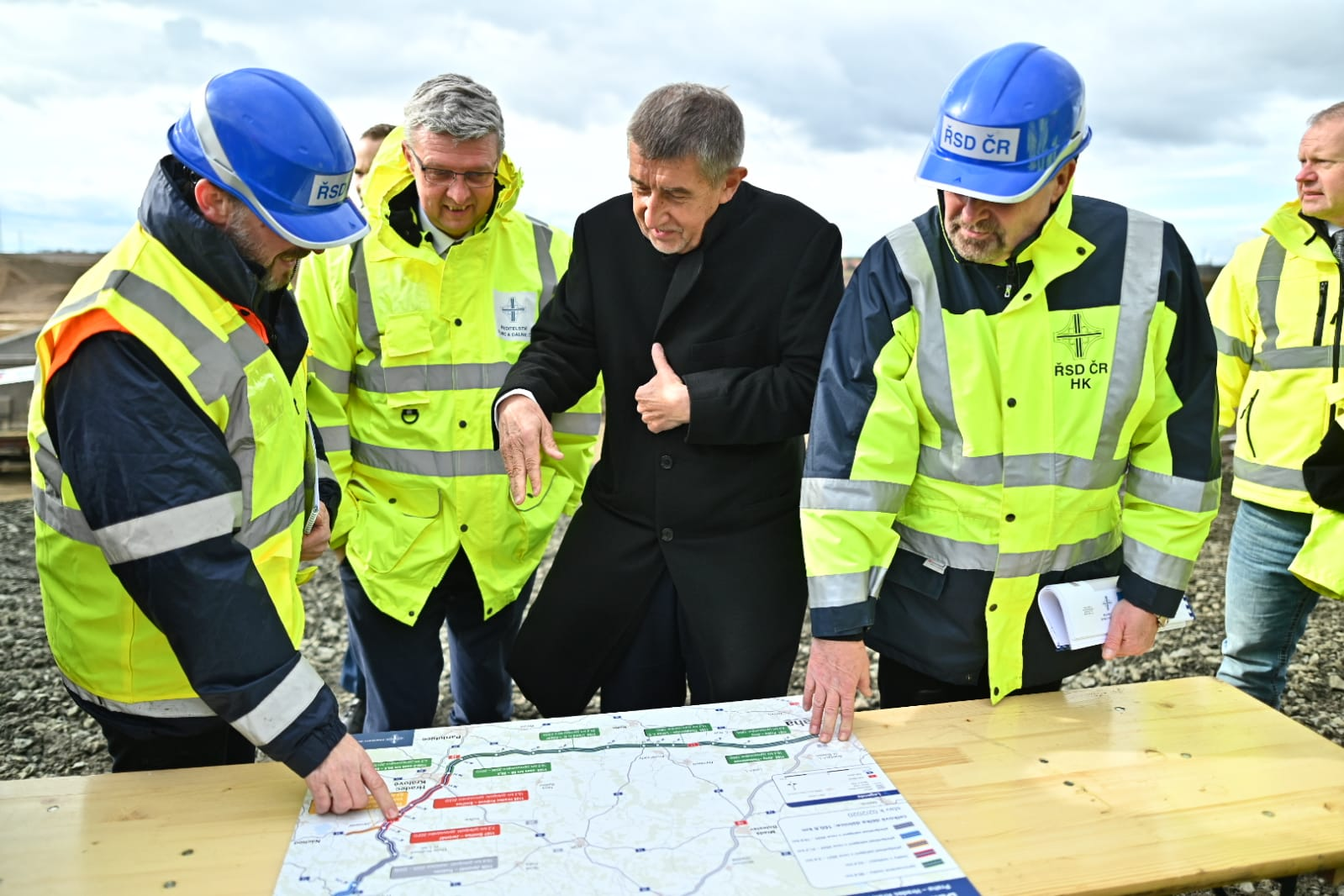 Premiér Babiš a ministr Havlíček pomáhají zkrátit dobu výstavby D11. Autor: MDČR