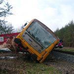 Nehoda nákladního auta s osobním vlakem u Staré Huti. Foto: Drážní inspekce