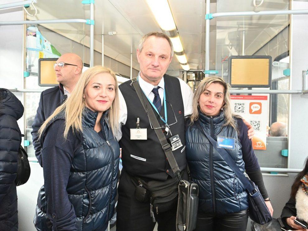 Dopravní asistentky a průvodčí ZSSK. Pramen: ZSSK