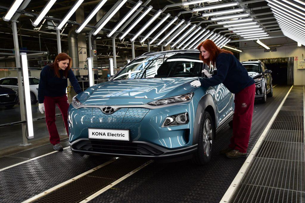 Így végzik az utolsó simításokat a Hyundai Kona Electric modelljén (fotó: Zdopravy.cz/Hyundai)