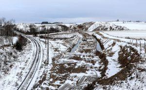 Z nadjezdu silnice č. 603 je na dohled terénní zářez. Autor: Správa železnic