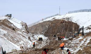 Zářez ve skalním masivu je až 12 metrů hluboký. Kousek před tímto zářezem bude umístěna nová zastávka Mezno. Autor: Správa železnic