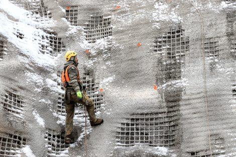 Dělníci označují místa, kde budou jejich kolegové následně kotvení vrtat. Do různých hloubek, čím výše nad zemí, tím hlouběji kotva povede. 4, 5, 6, 7 až 8 metrů hluboko a to vše pod definovaným úhlem. Autor: Správa železnic
