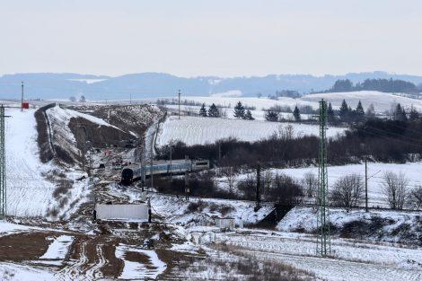 Pohled z portálu tunelu zpět k Sudoměřicím směrem k terénnímu zářezu. Vlak jede po stávající dopravní cestě do oblouku o malém poloměru. Autor: Správa železnic