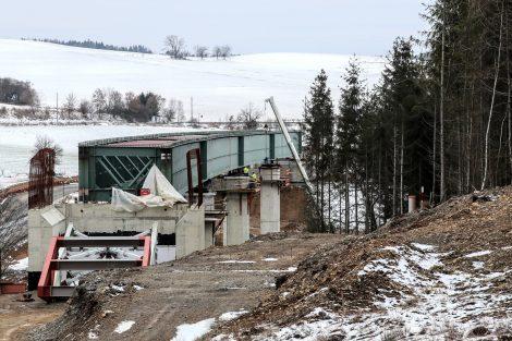 Nová mostní estakáda za Ješeticemi přes údolí vrchu Hůrka nad obcí Radíč. Most o čtyřech polích má délku 175 metrů. Autor: Správa železnic