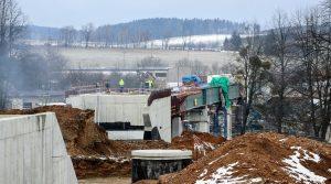 Další mostní estakáda – tentokrát u obce Heřmaničky. Na tento nový mostní objekt navazuje druhý o kousek dále. Autor: Správa železnic