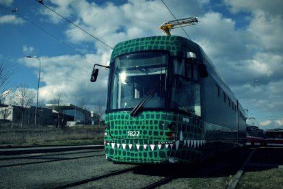 Tramvaj EVO2 pro DPMB ve speciálním polepu. Foto: DPMB