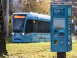 Jízdenkomat na kreditové jízdenky. Foto: DPO