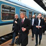 Andrej Babiš a Karel Havlíček přichází k vlaku kolem vozů, které na rychlících Praha - Benešov běžně jezdí. Foto: Ministerstvo dopravy