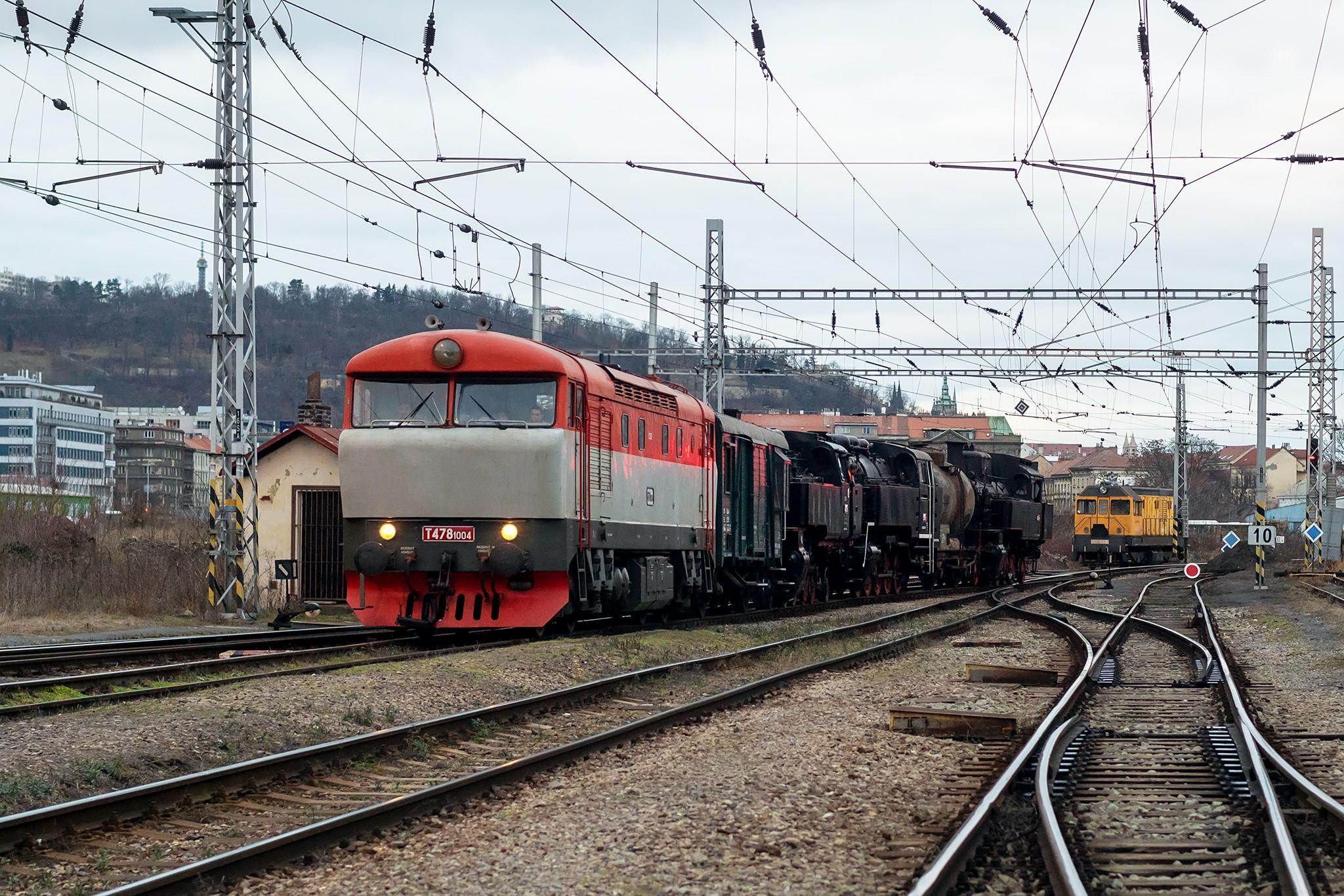 Konvoj s parními lokomotivami na Smíchově. Pramen: Facebook, Dan Fedin
