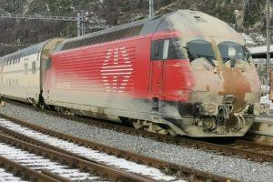 Vlak po výjezdu z Lötschberského tunelu po průsaku vody. Foto: @MMeschenmoser/Twitter