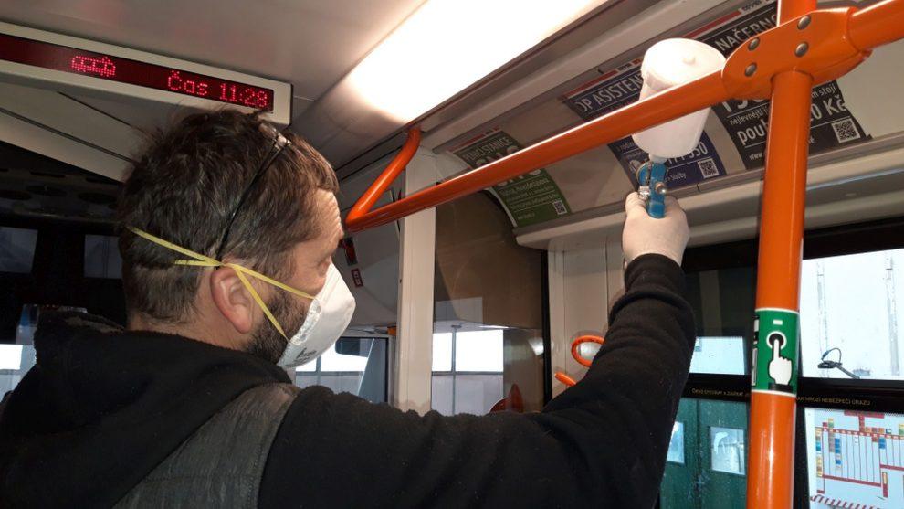 Nanášení antibakteriálního nástřiku v tramvaji. Pramen: DPMB