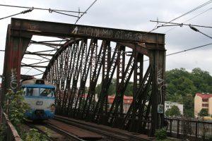 Příčník na mostě, který vznikl kvůli elektrizaci tratě.
