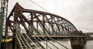 Příčník, který na mostě vyrostl při budování trakčního vedení.
