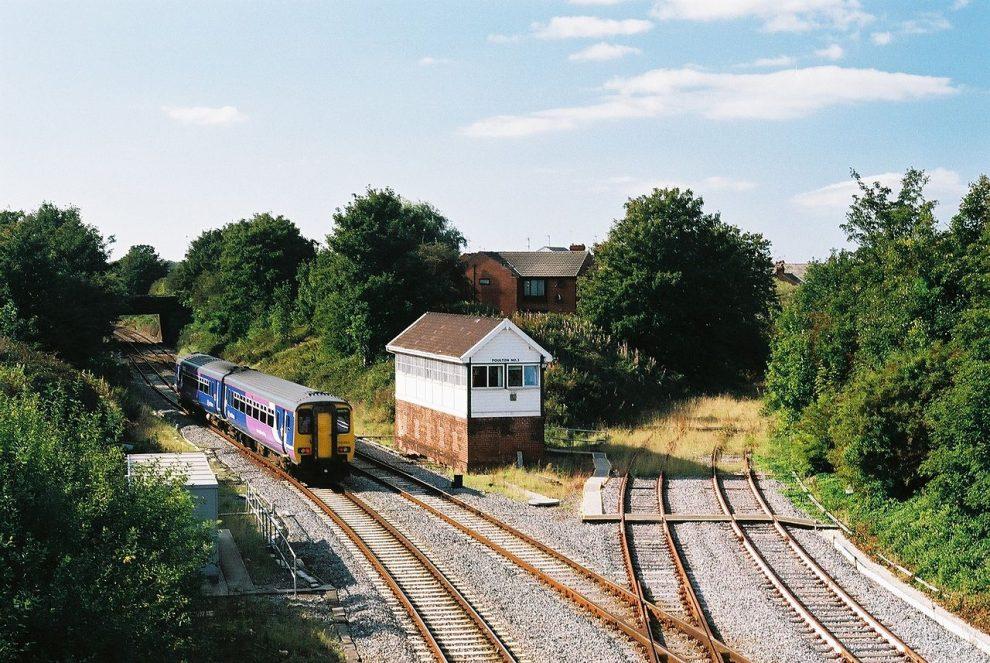 Odbočka v Poulton-le-Fylde na nepoužívanou trať do Fleetwoodu. Snímek z roku 2008. Autor:By Dr Greg, CC BY-SA 3.0, https://commons.wikimedia.org/w/index.php?curid=11582933