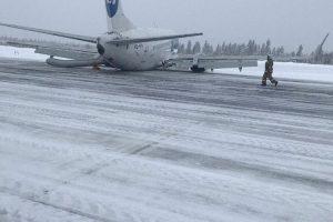 Boeing 737-500 po nepovedeném přistání v Usinsku. Foto: Twitter