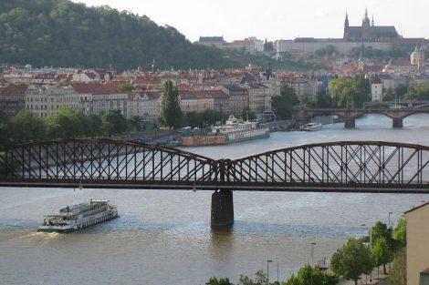 Železniční most pod Vyšehradem v Praze. Autor: Enfo – Vlastní dílo, CC BY-SA 3.0, https://commons.wikimedia.org/w/index.php?curid=28675432