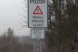 Sporná výstražná tabulka u Švestkové dráhy. Pramen: AŽD Praha