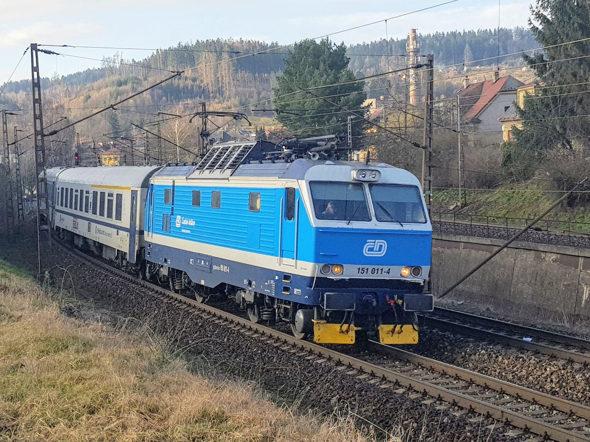 Lokomotiva řady 151 v čele expresu Českých drah u České Třebové. Foto: Zdopravy.cz / Jan Sůra