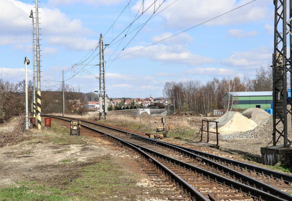 Výjezd ze Soběslavi ku Praze. Vlevo stará trať určená k likvidaci, vpravo staveniště. Pramen: Správa železnic