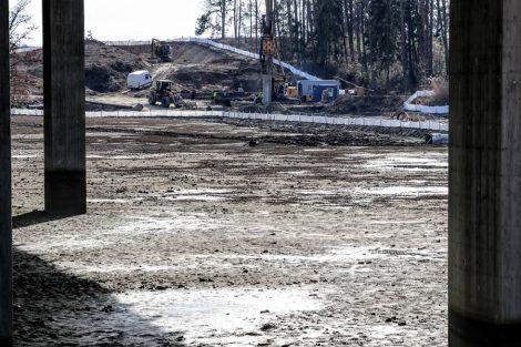 Kamenný rybník, budují se piloty pro základy pilířů a opěry. Most bude mít délku 263 metrů. Pramen: Správa železnic