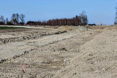 Bagr na obzoru hloubí zářez, ve kterém vznikne nová zastávka Myslkovice. Pramen: Správa železnic