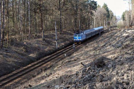 Místo napojení novostavby na hotový koridor, vlak ještě jede ve staré stopě (směrem k ČB). Pramen: Správa železnic