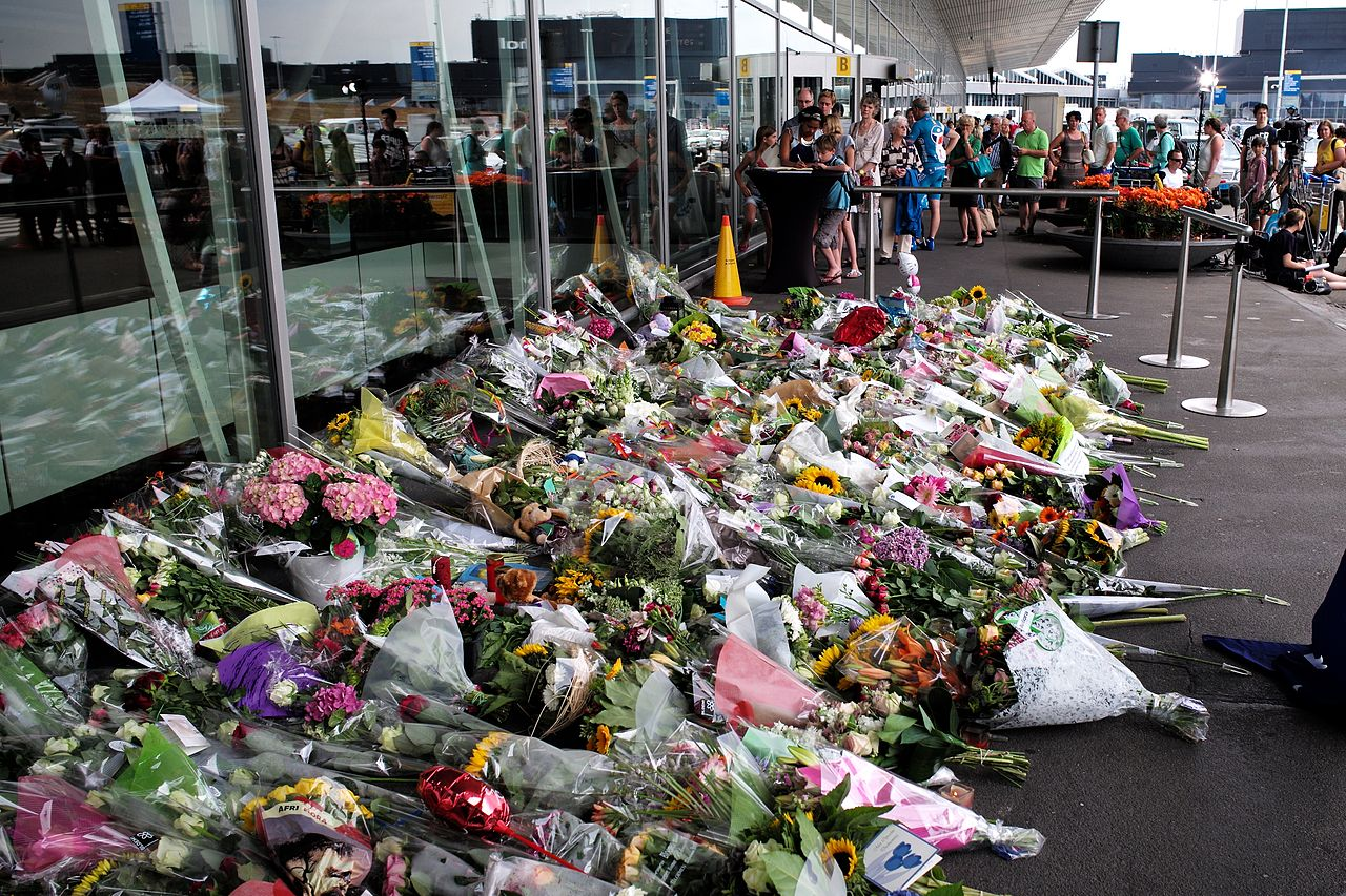 Letiště Schiphol: Vzpomínka na zavražděné cestující letu MH17. By Roman Boed from The Netherlands - Amsterdam Airport: Flight MH17 Memorial, CC BY 2.0, https://commons.wikimedia.org/w/index.php?curid=34129879