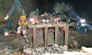 Demolice mostu na silnici II/610 přes D10 u Benátek. Foto: Skanska