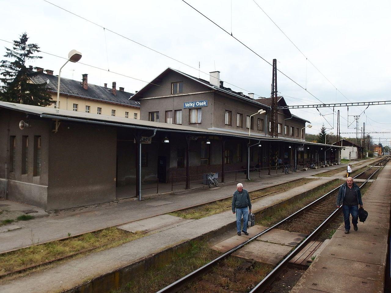 Nádraží Velký Osek. Autor: Palickap – Vlastní dílo, CC BY-SA 4.0, https://commons.wikimedia.org/w/index.php?curid=49738695