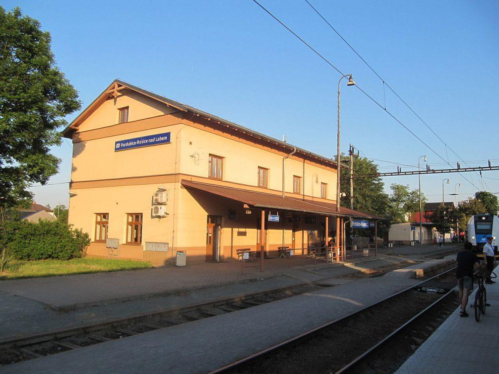 Nádraží Pardubice-Rosice nad Labem. Autor: Palickap – Vlastní dílo, CC BY-SA 4.0, https://commons.wikimedia.org/w/index.php?curid=40791178