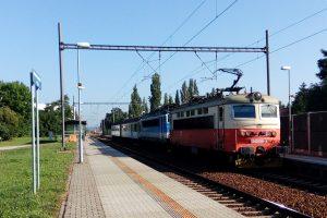 České Budějovice-severní zastávka. Autor: Cheva, https://cs.wikipedia.org/wiki/Soubor:%C4%8CBu,_severn%C3%AD_zast%C3%A1vka,_vlak_(01).jpg