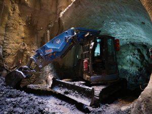 Budování průzkumných šachet a štol k metru D. Pramen: Strabag