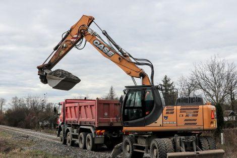 Skrývka štěrku za Olomoucí, štěrk bude vyčištěn a znovu použit. Pramen: Správa železnic