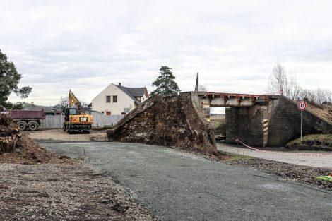 Most v Hlušovicích dostane novou konstrukci, pro auta se buduje objížďka skrze násep. Pramen: Správa železnic