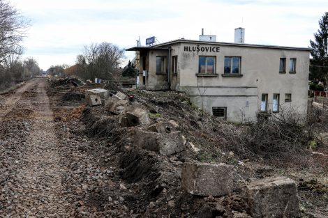 Zastávka Hlušovice v březnu 2020, staré nástupiště už je zbourané. Pramen: Správa železnic