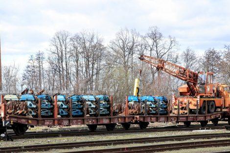 Podvozky, na které se ukládají vytrhané koleje. Pramen: Správa železnic