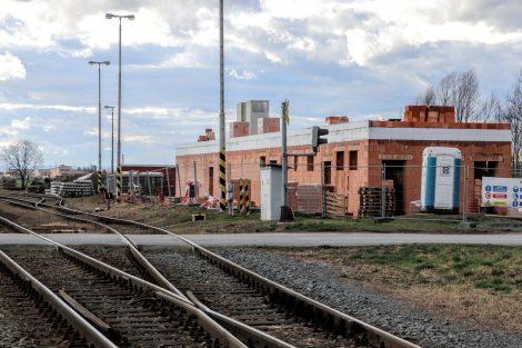 Stanice Újezd u Uničova a vznikající technologická budova, budou v ní i záchody pro cestující. Pramen: Správa železnic