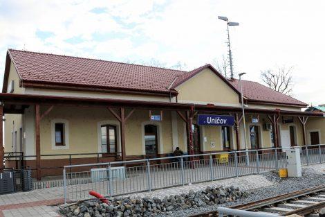 Výpravní budova v Uničově je z roku 1873, v roce 2013 prošla rekonstrukcí a nyní bude jen očištěna. Pramen: Správa železnic