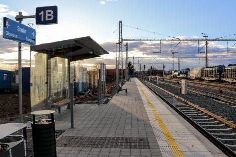 Přístřešek na prvním nástupišti, které je přístupné po chodníku podél výpravní budovy, Uničov. Pramen: Správa železnic