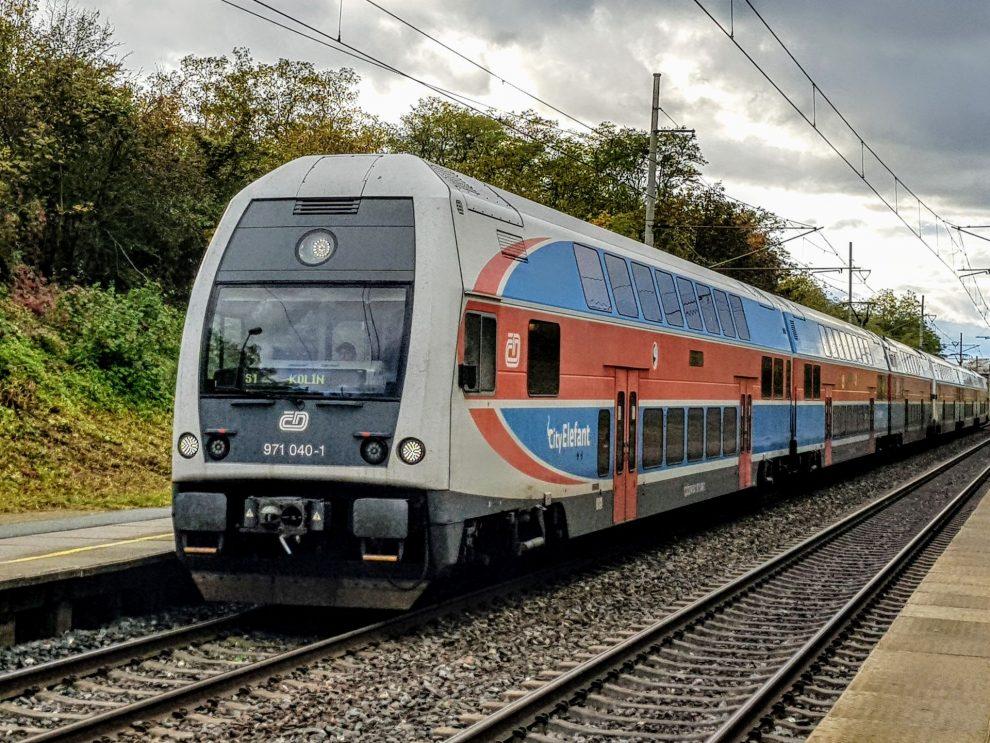 Elektrická jednotky 471 CityElefant v Cerhenicích. Foto: Zdopravy.cz / Jan Sůra