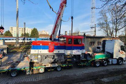 Nakládka lokomotivy EffiShunter 300 do Srbska. Foto: Ondřej Knížek